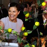 """Voller Vorfreude auf den morgigen Tag begutachtet Prinzessin Victoria den  Geschenketisch in der Stockholm """"City Hall""""."""