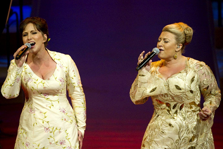 Die schwedische Sängerin Lisa Nilsson tat sich mit tat sich mit ihrer Landsmännin Sarah Dawn Finer zusammen, um dem Brautpaar ei