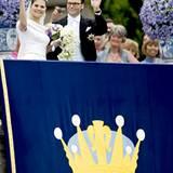 Vor dem königlichen Wappen präsentieren sich die Frischvermählten dem schwedischen Volk.