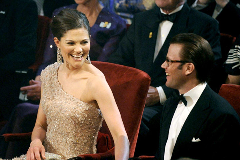 So sieht Liebe aus: Prinzessin Victoria und Daniel Westling genießen die Feier im Konzertsaal von Stockholm.