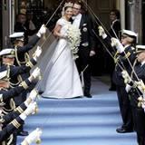 Das ist der Moment: Prinzessin Victoria und Prinz Daniel verlassen frisch verheiratet die Kirche.