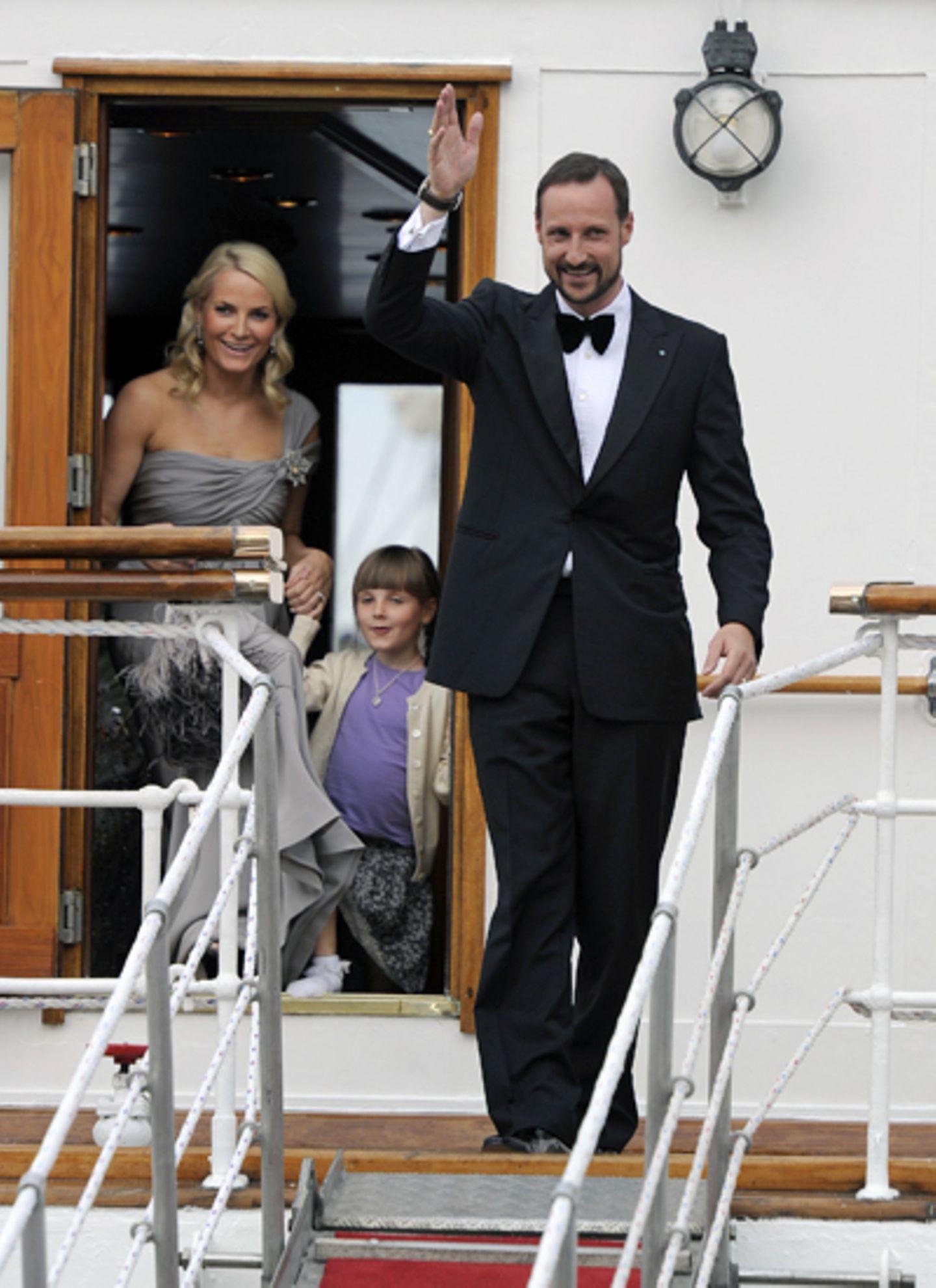 17. Juni 2010: Vom Schiff ins Schloß: Prinzessin Mette-Marit, Prinzessin Ingrid Alexandra und Kronprinz Haakon grüßen vor der Fe