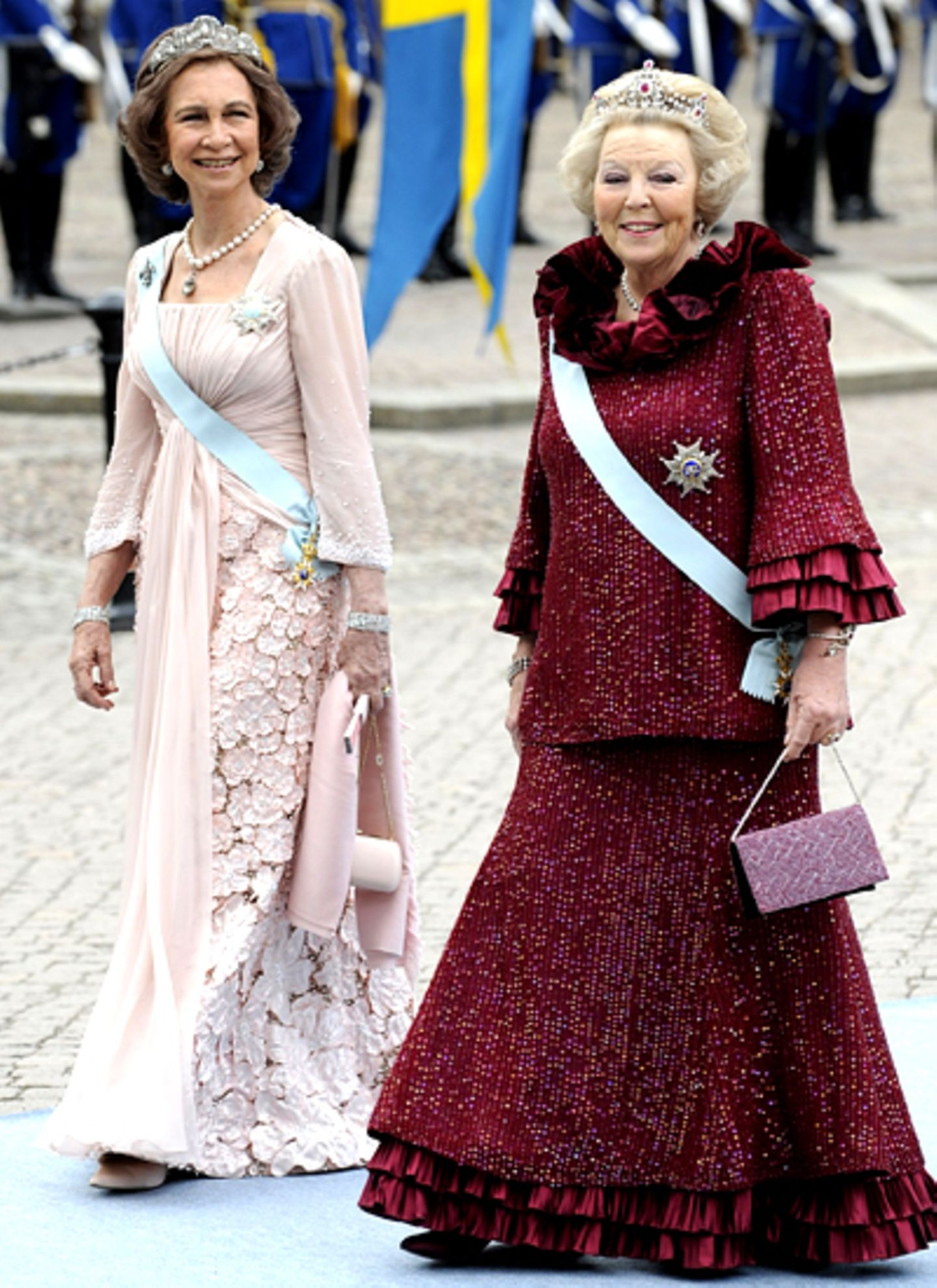 Königin Sofia von Spanien und Königin Beatrix von den Niederlande meistern den Kirchweg gemeinsam.