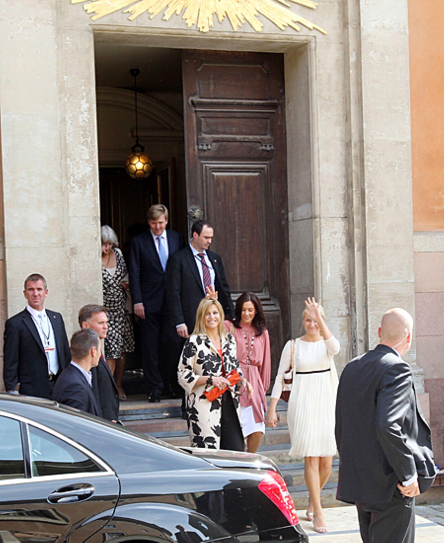 17. Juni 2010: Prinzessinnen-Trio: Máxima, Mary und Mette Marit verlassen nach der Hochzeitsprobe gut gelaunt den Stockhomer Dom