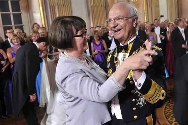 Ein schöner Anblick. Lachend tanzt Carl Gustav mit Eva Westling, der Mutter des Bräutigams.