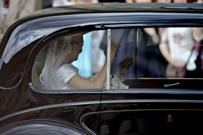 Ihre letzten Minuten als ledige Frau: Prinzessin Victoria in dem Wagen, der sie zum Stockholmer Storkyrkan bringt.