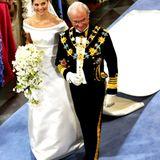 Victoria lässt sich von ihrem Vater Carl Gustaf in die Kirche geleiten.