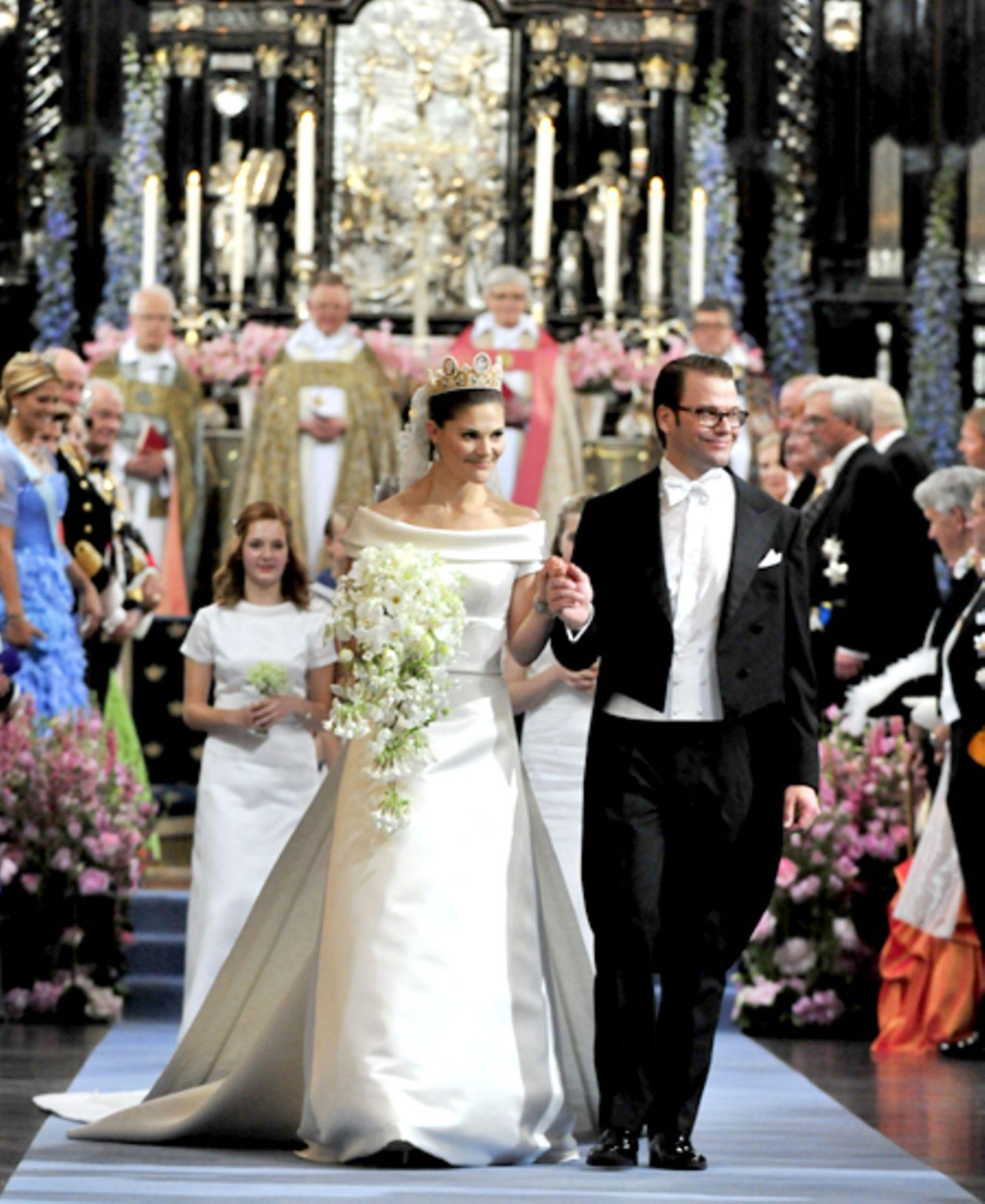 Die Frischvermählten verlassen gemeinsam nach der Zeremonie die Kirche.