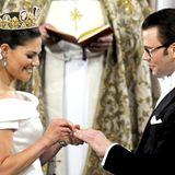 Prinzessin Victoria und Daniel Westling tauschen die Ringe aus.