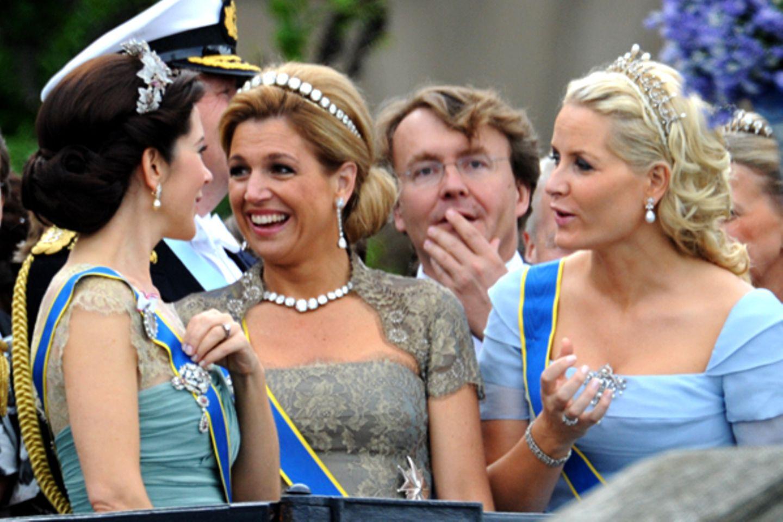 Bei so einer Hochzeit findet man auch immer Zeit für ein kleines Pläuschchen: Prinzessin Mary, Prinzessin Máxima und Prinzessin