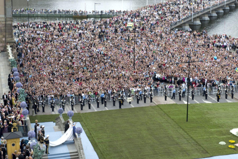 250.000 Menschen versammelten sich, um das neue Kronprinzenpaar Schwedens zu bejubel.