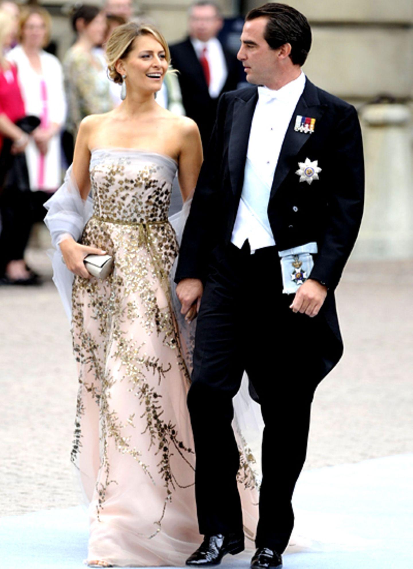 Prinz Nikolaos von Griechenland und Tatiana Blatnik lassen die Hochzeitszeremonie von Prinzessin Victoria auch nicht entgehen.