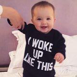 """""""I woke up like this"""" steht auf dem Sweatshirt von Coco Rochas Tochter Ioni James. Das ist bei diesem Wonneproppen aber auch keine Kunst."""