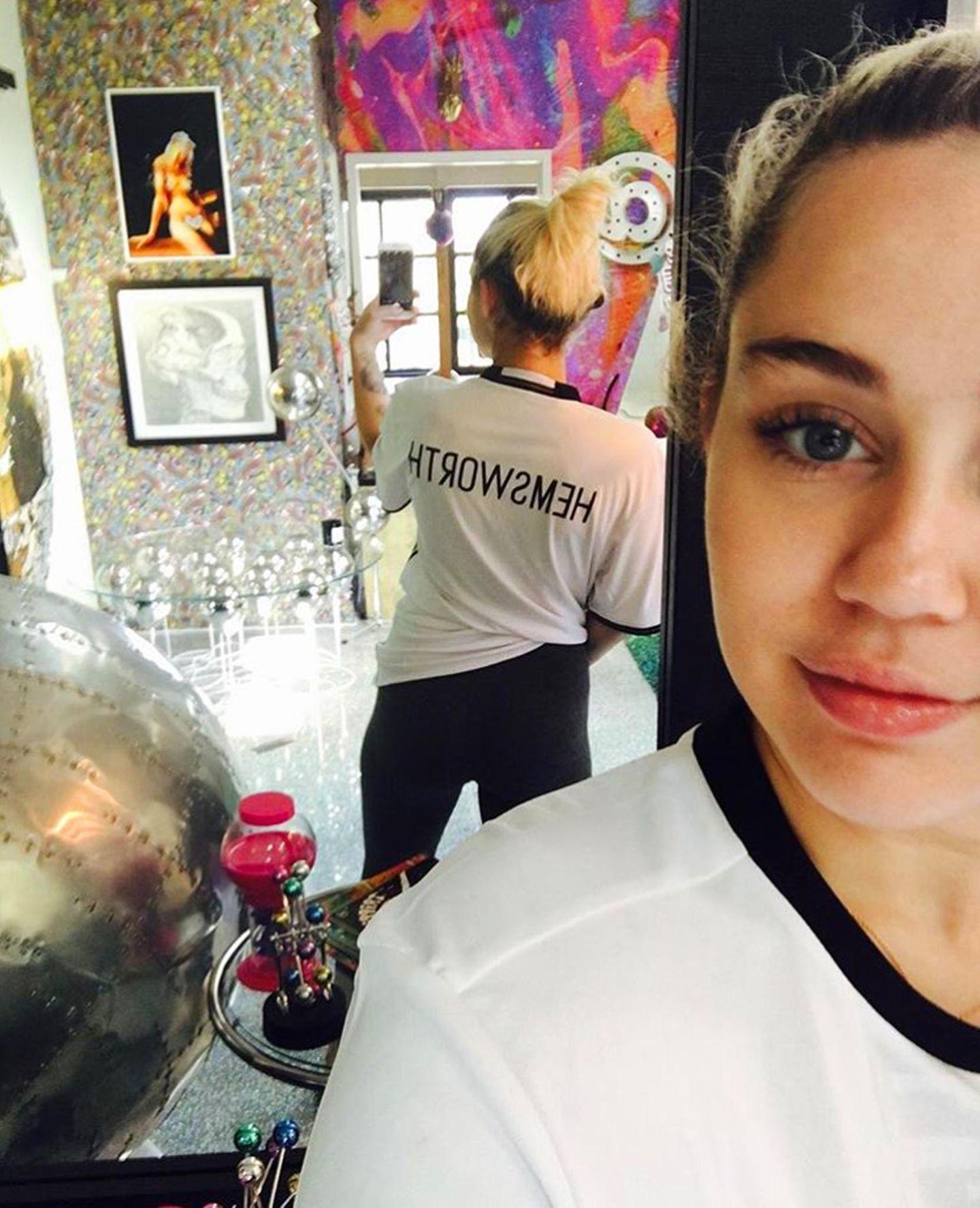 Seit dem Liebes-Comeback mit Liam Hemsworth hält sich Miley Cyrus eher bedeckt mit Kommentaren zu ihrem Beziehungsstatus. Auf Instagram zeigt sie sich nun allerdings mit einem Hemsworth-Trikot. Scheint so, als ob sie sich schon mal an den Nachnamen gewöhnen möchte - als künftige Mrs.