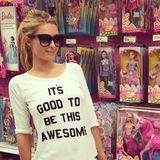 """Dass das dein Motto ist, liebe Paris Hilton, hätten wir uns fast denken können. Zusammen mit ihrem Vorbild """"Barbie"""" posiert sie für Instagram."""