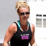 """Das schwarze Top von Britney Spears ziert ein mit Steinchen besetztes """"Do you wanna Kiss""""."""