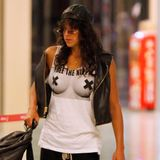 """""""Free The Nipple"""" ist das Statement, das Michelle Rodriguez per T-Shirt am Flughafen von Ibiza abgibt."""