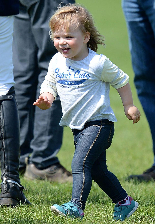 """Mia Tindall, die Tochter von Queen-Enkelin Zara Phillips, ist ein kleiner Wirbelwind und bezaubert auf einem Reitturnier mit ihrer selbstbewussten Aussage """"Ich bin supersüß""""."""
