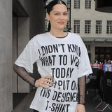 "Jessie J ist sich wohl unschlüssig was sie anziehen soll und sagt's durch ihr T-Shirt: ""I didn't know what to wear today so I put on this designer t-shirt."""