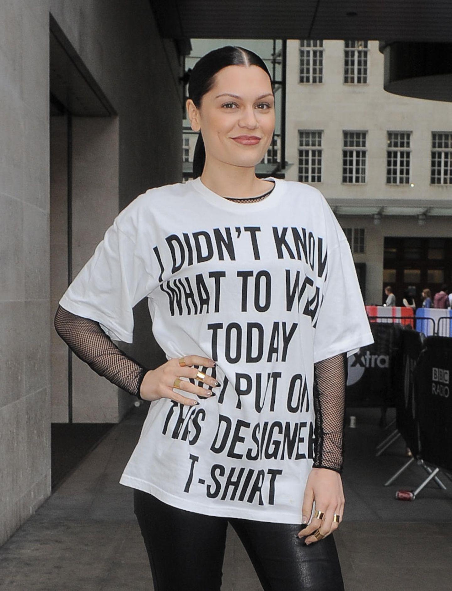 """Jessie J ist sich wohl unschlüssig was sie anziehen soll und sagt's durch ihr T-Shirt: """"I didn't know what to wear today so I put on this designer t-shirt."""""""