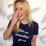 """""""Tell me something good"""" teilt Reese Witherspoon über ihr Mottoshirt mit. Die Schauspielerin verkauft dieses und andere Fashion- und Modeaccessoires über ihren Onlineshop """"Draper James""""."""