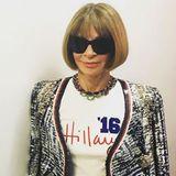 Mode-Ikone Anna Wintour wählt für einen Auftritt im TV dieses überaus deutliche Mottoshirt. Sie ist glühende Anhängerin der demokratischen Politkerin Hillary Clinton und unterstützt sie nach Kräften.