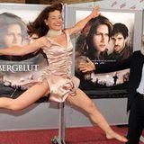 """Die Schauspielerin Verena Buratti springt beim Photocall zum Film """"Bergblut"""" ihrem Kollegen Martin Maria Abram in die Arme. Der"""