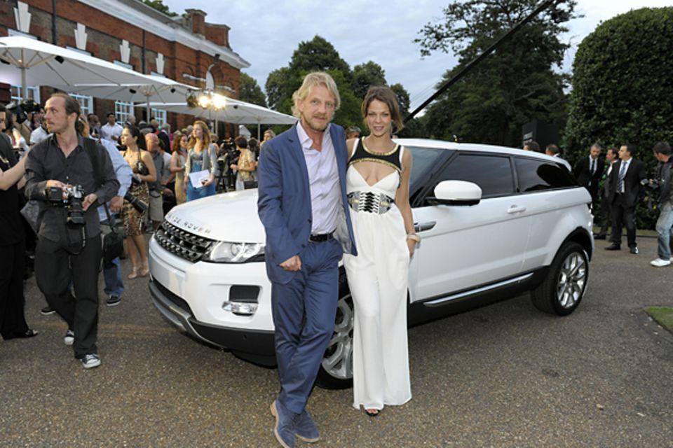 1. Juli 2010: Sönke Wortmann und Jessica Schwarz posieren vor dem Range Rover Evoque, der auf der Party vorgestellt wurde.