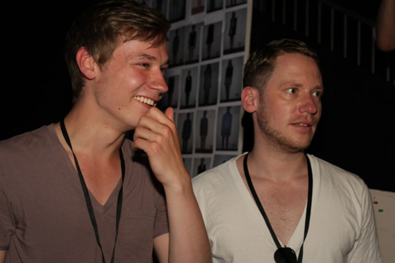 Schauspieler David Kross und Regisseur Marco Kreuzpaintner holten mit ihrem Besuch bei der Kilian Kerner Modenschau den deutsche