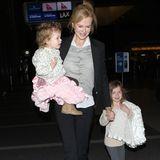 28. Januar 2013:  Nicole Kidman ist mit ihren Töchtern Faith und Sunday Rose am Flughafen in Los Angeles zu sehen.