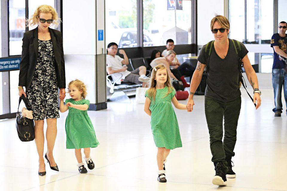 01. Januar 2014  Am Neujahrstag treffen Nicole Kidman und Ehemann Keith Urban mit ihren beiden Töchtern Sunday Rose und Faith Margaret am Flughafen von Sydney, wo sie die Feiertage verbracht haben, ein.