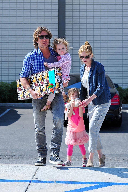 4. Mai 2013  Keith Urban und Nicole Kidman sind mit ihren Mädchen auf dem Weg zu einer geburtstagsfeier in Los Angeles. Noch scheinen die beiden Kleinen nicht sehr glücklich über den Ausflug zu sein.
