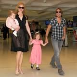 28. Februar 2012: Mit den beiden Töchtern Faith und Sunday Rose sind Nicole Kidman und Keith Urban am Flughafen in Sydney unterw