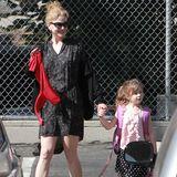 3. Oktober 2013  Nicole Kidman strahlt vor Freude, als sie Töchterchen Sunday Rose von der Schule abholt.