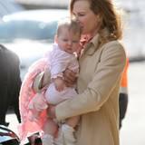 6. Juli 2011: Vor dem Abflug von Sydney nach Los Angeles gibt es noch ein liebevolles Küsschen von Mama Nicole Kidman für die kl