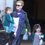 18. Dezember 2013   Nicole Kidman fliegt mit ihren Töchtern Sunday Rose und Faith Margaret nach Sydney, um dort Weihnachten zu verbringen.