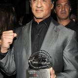 """Sylvester Stallone präsentiert sich stolz mit seinem """"IGN Action Hero Hall of Fame""""-Award."""
