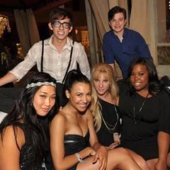 """Ein Großteil der """"Glee""""-Mannschaft amüsiert sich auf der """"EW and SyFy""""-Party. Mit dabei: Kevin McHale, Chris Colfer, Jenna Ushko"""