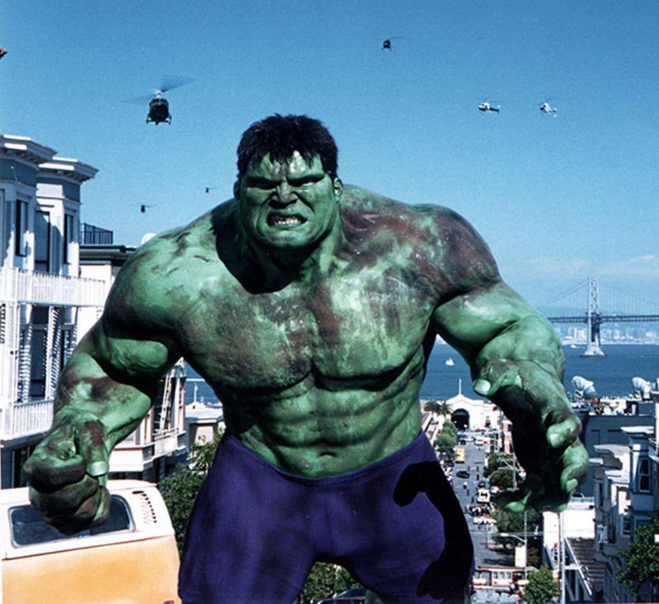 """2003 darf Eric Bana als """"Hulk"""" durch die Gegend stapfen und Soldaten verprügeln."""