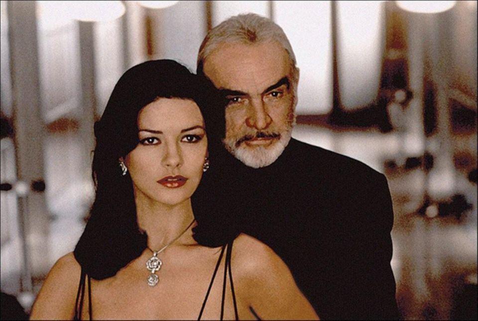 """Sean Connery an der Seite von Catherine Zeta-Jones in """"Verlockende Falle"""" (1999)."""