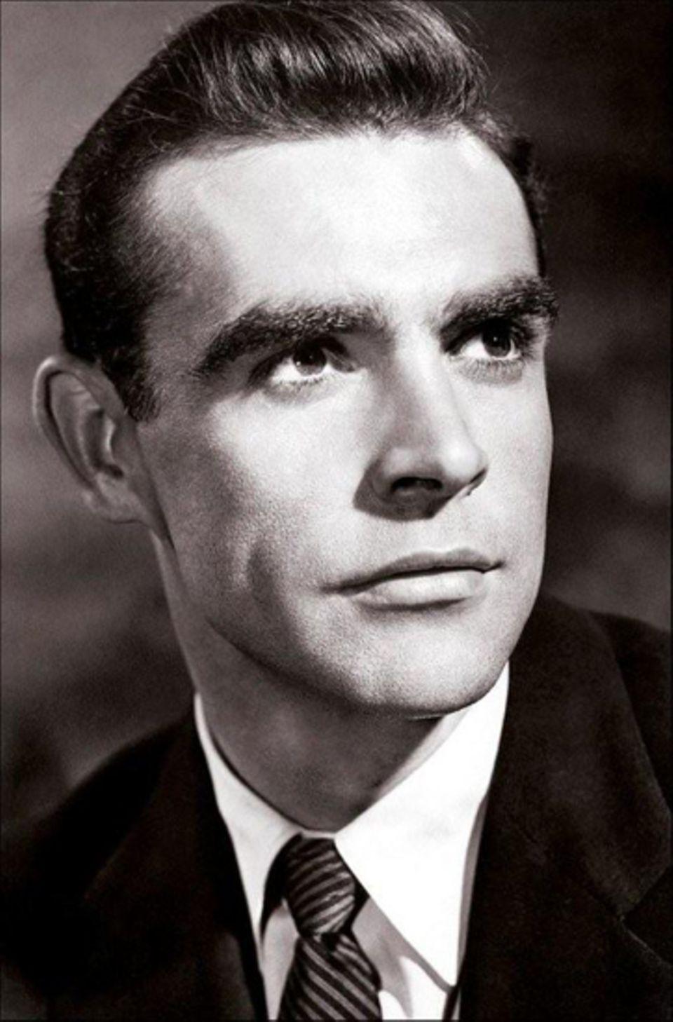 Thomas Sean Connery wurde 1930 in Fountainbridge, Edinburgh, als Sohn eines Hilfsarbeiters und einer Putzfrau geboren.