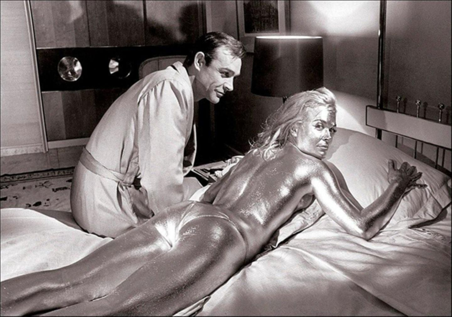 """Sean Connery mit Shirley Eaton in """"Goldfinger""""."""