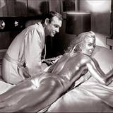 "Sean Connery mit Shirley Eaton in ""Goldfinger""."