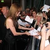Salt Premiere Berlin: Weiter geht's! Auch die Fans am letzten Ende des Teppichs erhalten noch ihr Autogramm.