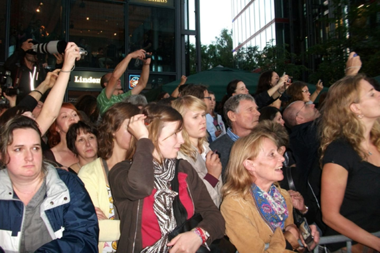 Salt Premiere Berlin: Ein Aufschrei fährt durch die Massen, die Kameras werden in die Höhe gehalten.  Angelina kommt immer näher