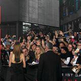 Salt Premiere Berlin: So sieht es aus, wenn hunderte Fans ein Autogramm haben wollen!