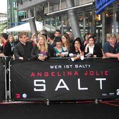 Salt Premiere Berlin: Warten, warten, warten ...  Schon seit Stunden drängeln sich Fans am roten Teppich, um Angelina Jolie einm