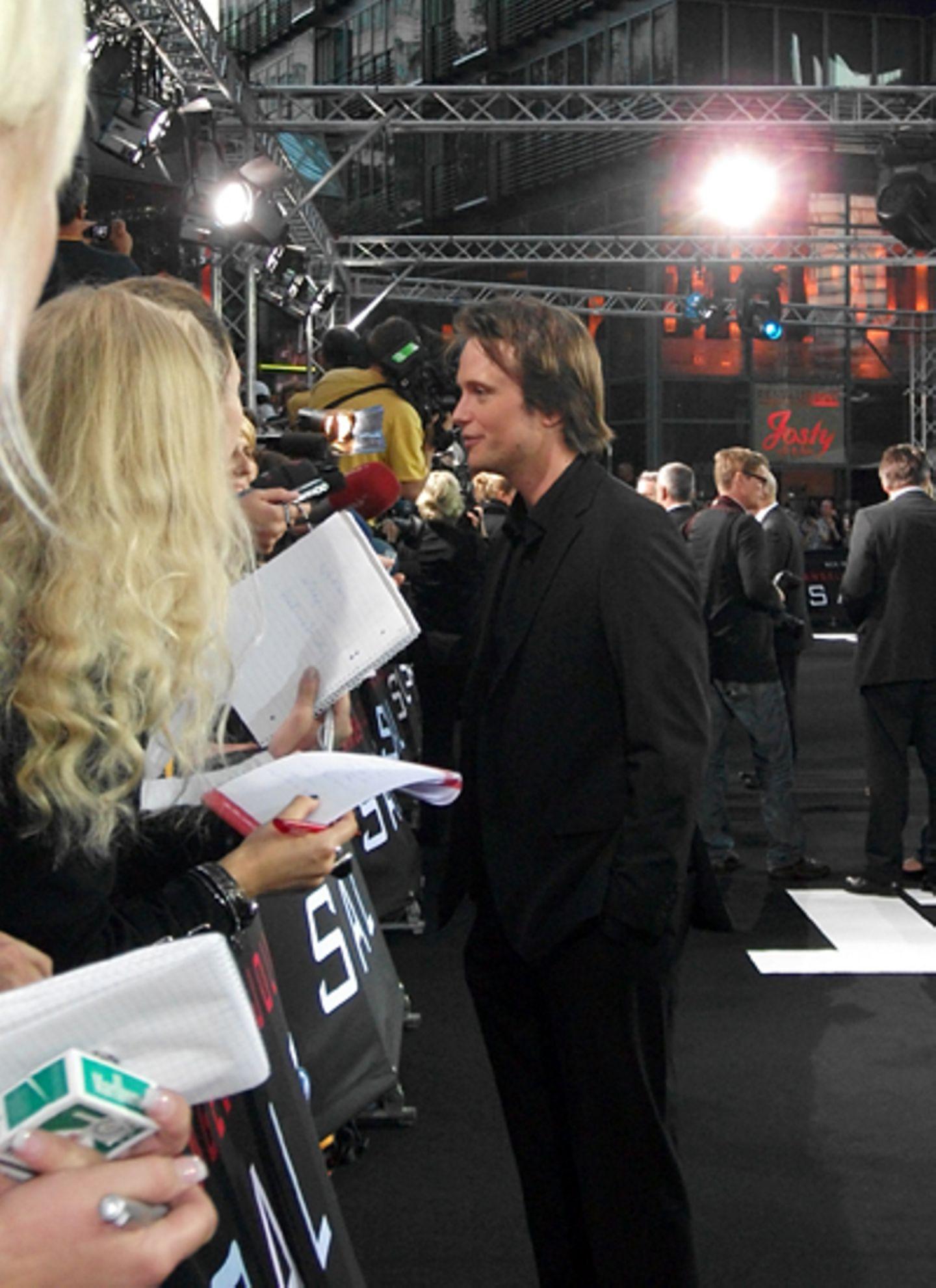 Salt Premiere Berlin: August Diehl beantwortet bereitwillig Fragen. Für ihn sei es eine tolle und neue Erfahrung, vor so vielen