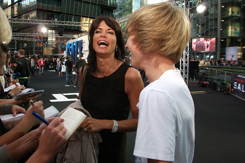 Salt Premiere Berlin: Gerit Kling (in einem Kleid von Anna Griesheim) und ihr Sohn Leon haben auf den Premierenteppich offensich