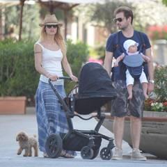 Michelle Hunziker und Tomaso Trussardi entspannen sich gemeinsam mit Sole und dem Familienhund in Forte dei Marmi.